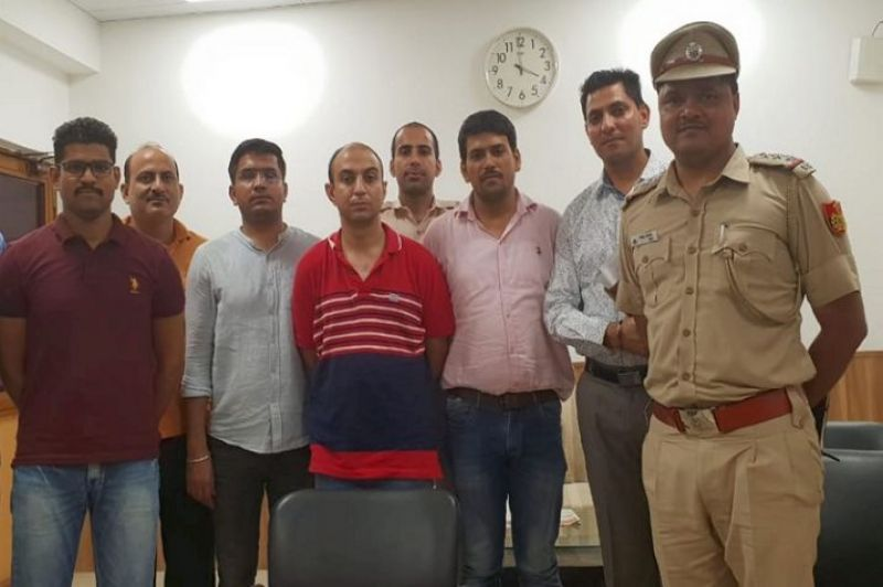 Army Major, Nikhil Handa (C) (in red t-shirt)
